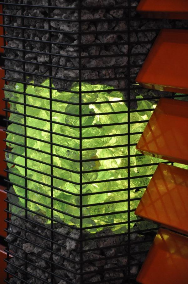 podświetlone szklane wypełnienie słupa gabionowego