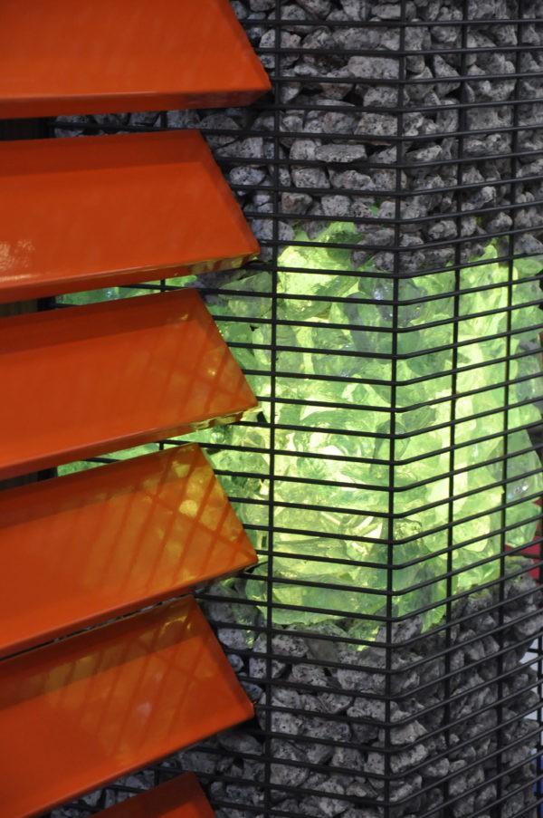 gabion zasypany szkłem z podświetleniem