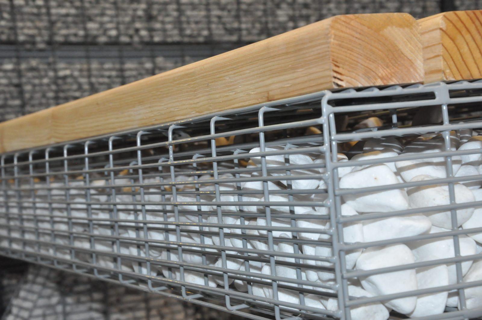 detal ławki ogrodowej z siedziskiem drewnianym