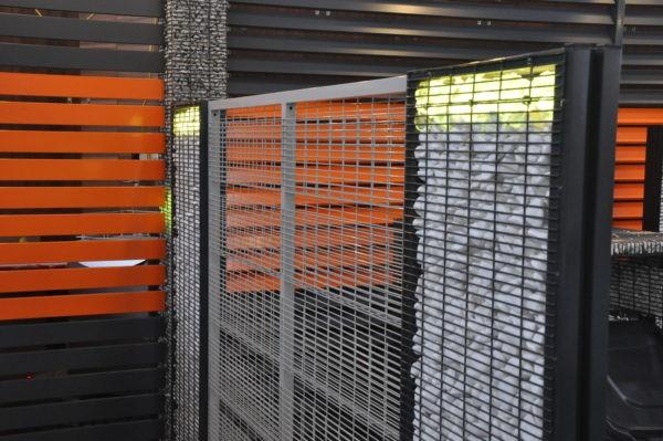 ogrodzenie panelowe między słupami gabionowymi