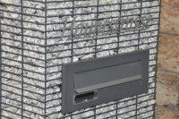 skrzynka na listy ukryta w gabionie sprytny sposób